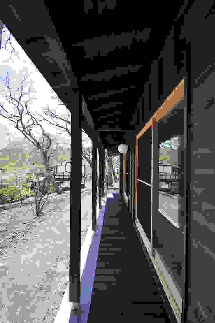 Balcones y terrazas de estilo moderno de モリモトアトリエ / morimoto atelier Moderno