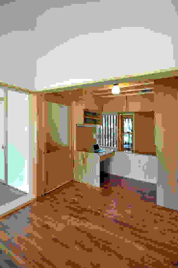 Salas multimedia de estilo moderno de モリモトアトリエ / morimoto atelier Moderno Madera Acabado en madera