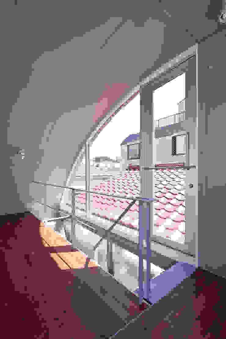 線と面の家:世田谷の狭小二世帯住宅 モダンスタイルの 玄関&廊下&階段 の AIRアーキテクツ建築設計事務所 モダン