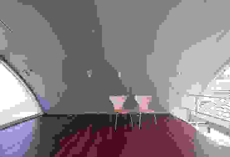 線と面の家:世田谷の狭小二世帯住宅 モダンスタイルの寝室 の AIRアーキテクツ建築設計事務所 モダン