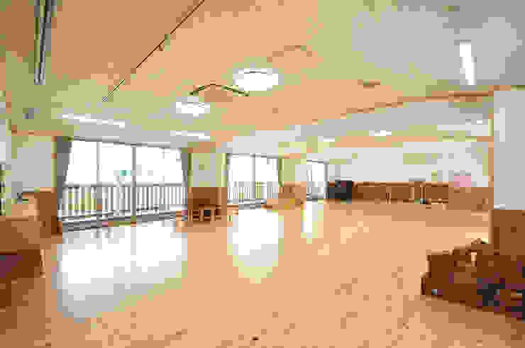Moderne Schulen von モリモトアトリエ / morimoto atelier Modern Massivholz Mehrfarbig