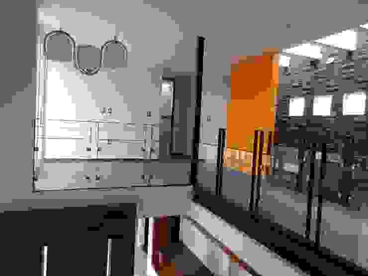 Pasillos, vestíbulos y escaleras de estilo rural de Home & House Studio Rural