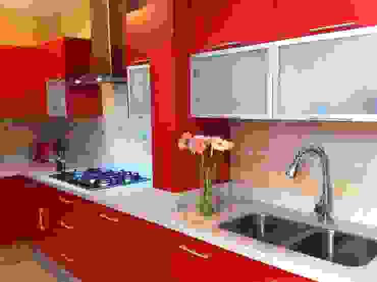 Rojo apasionado Cocinas de estilo moderno de ARKIZA ARQUITECTOS by Arq. Jacqueline Zago Hurtado Moderno Aluminio/Cinc