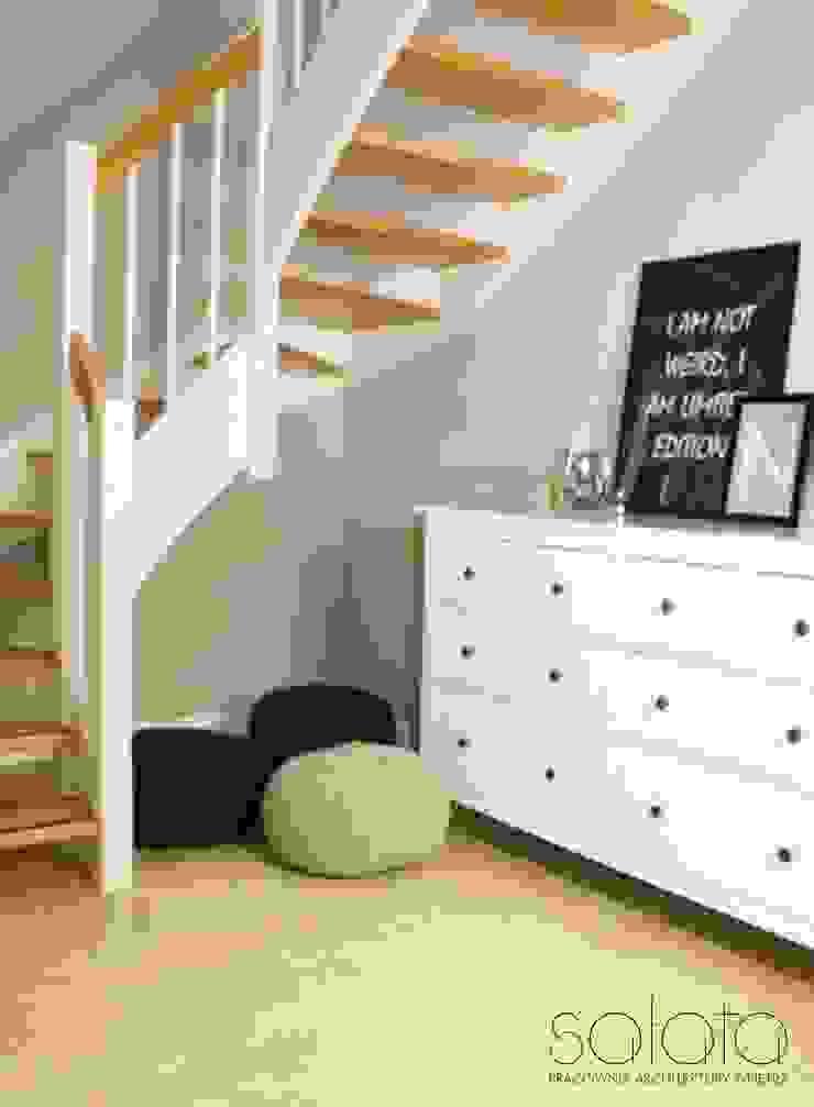 Dom jednorodzinny II, Maszewo. Skandynawski korytarz, przedpokój i schody od Sałata-Pracownia Architektury Wnętrz Skandynawski