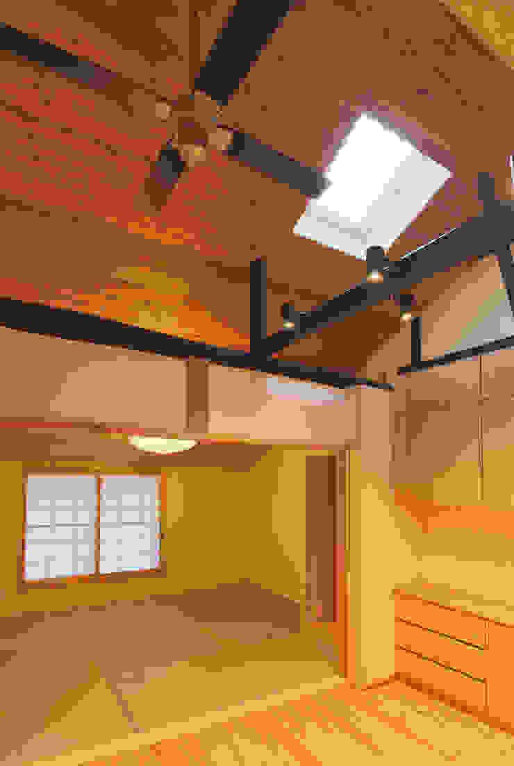 主屋:リビング・ダイニングと和室 モダンデザインの リビング の 一級建築士事務所ささりな計画工房 モダン 無垢材 多色