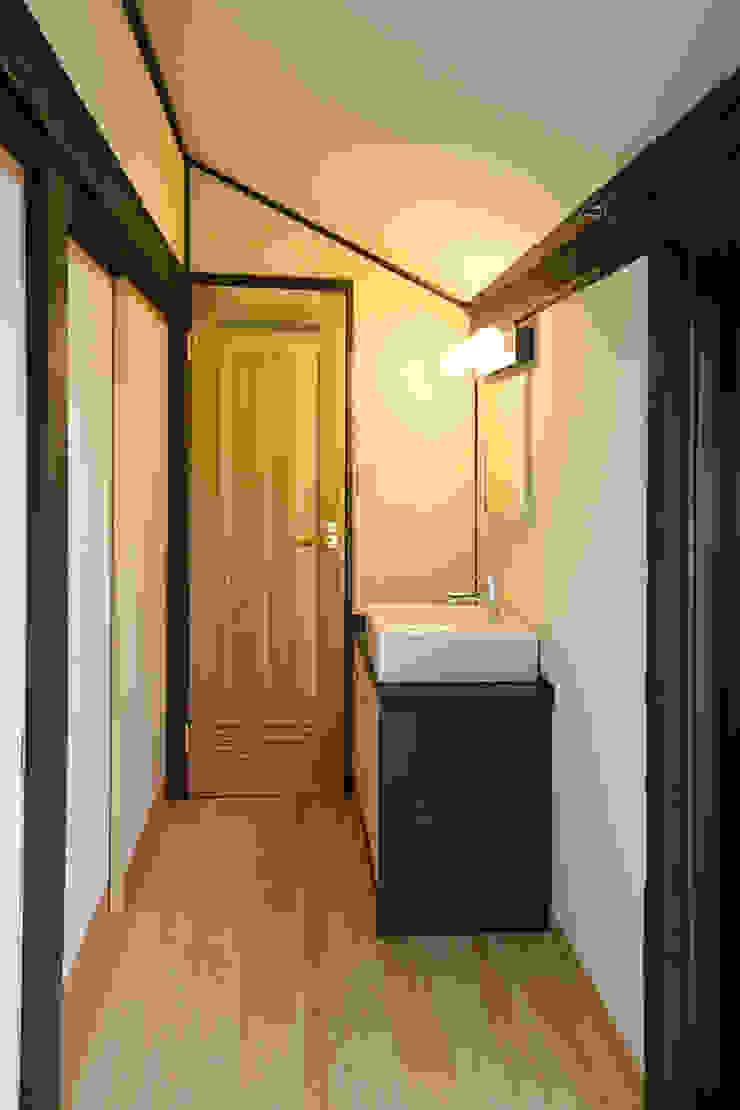 黒船来航より160年の時を刻み、そして未来へ住み継がれる クラシカルスタイルの 玄関&廊下&階段 の 吉田建築計画事務所 クラシック