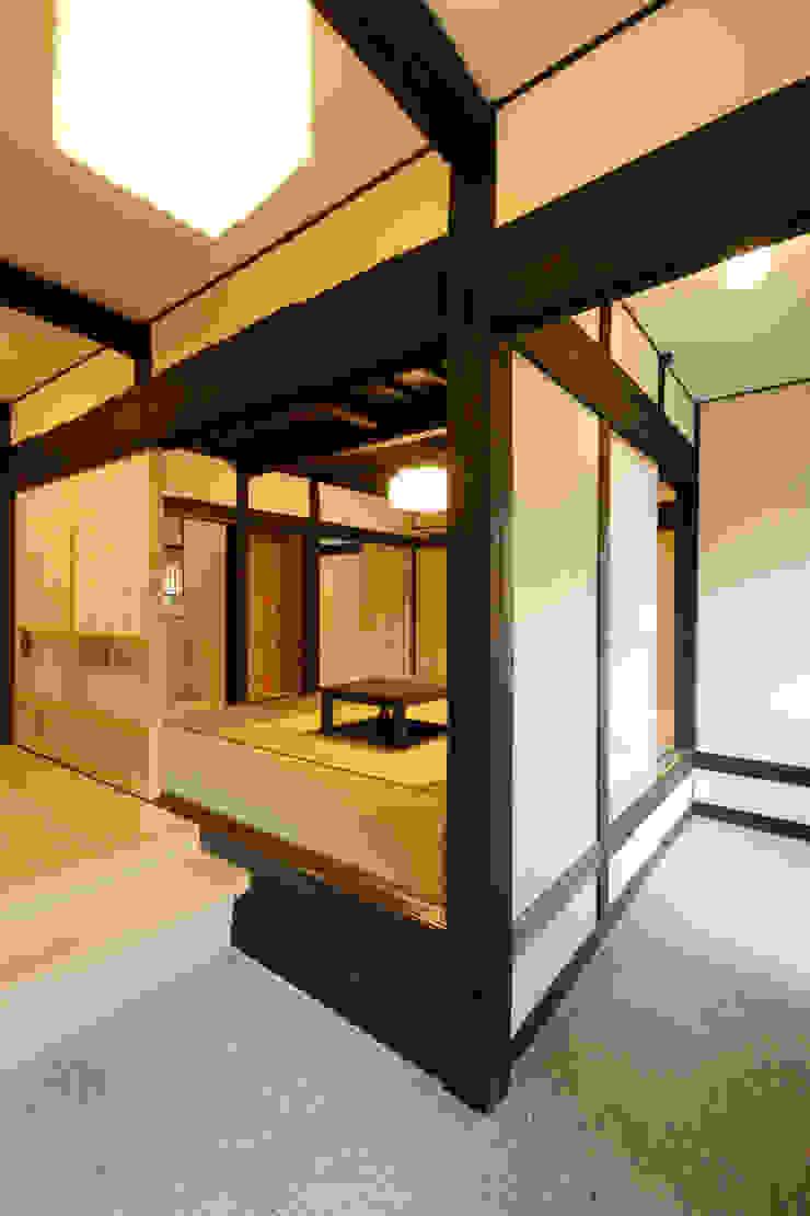土間玄関 クラシカルスタイルの 玄関&廊下&階段 の 吉田建築計画事務所 クラシック