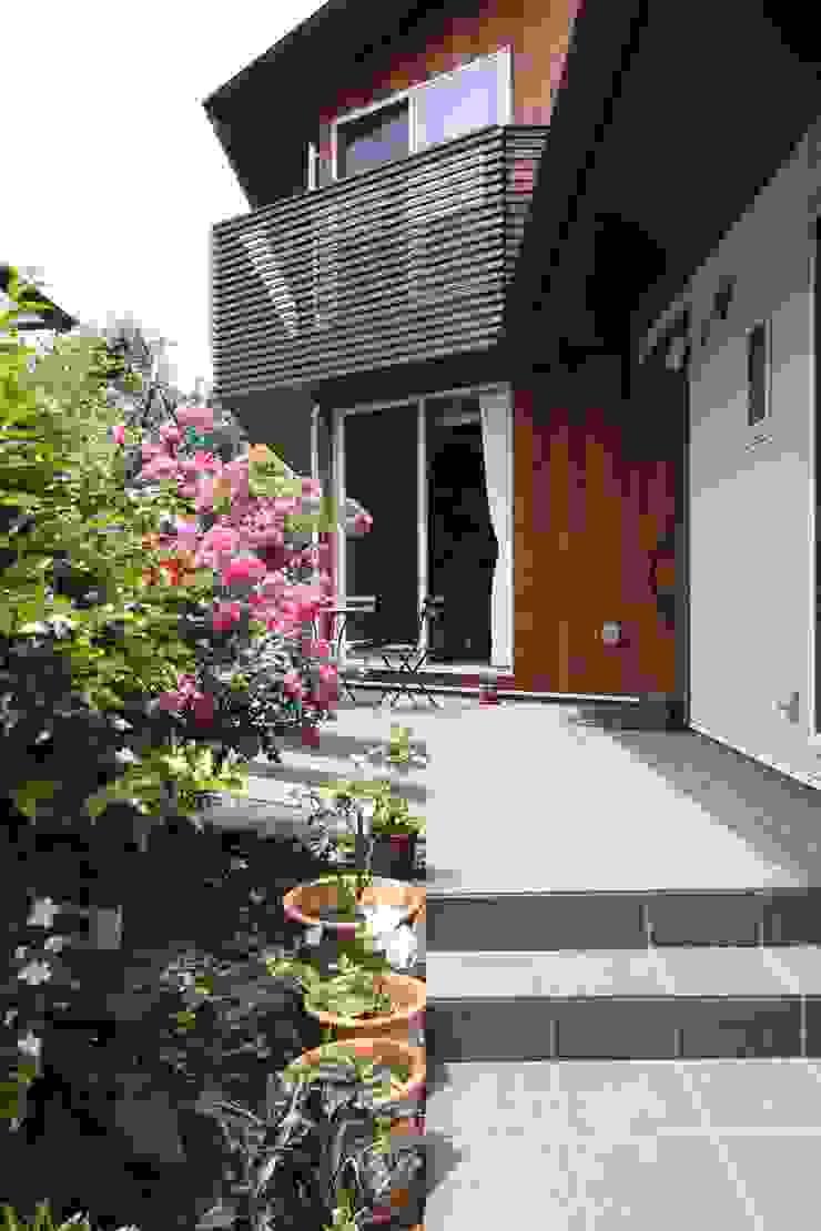 アトリエグローカル一級建築士事務所 Balcones y terrazas de estilo rural