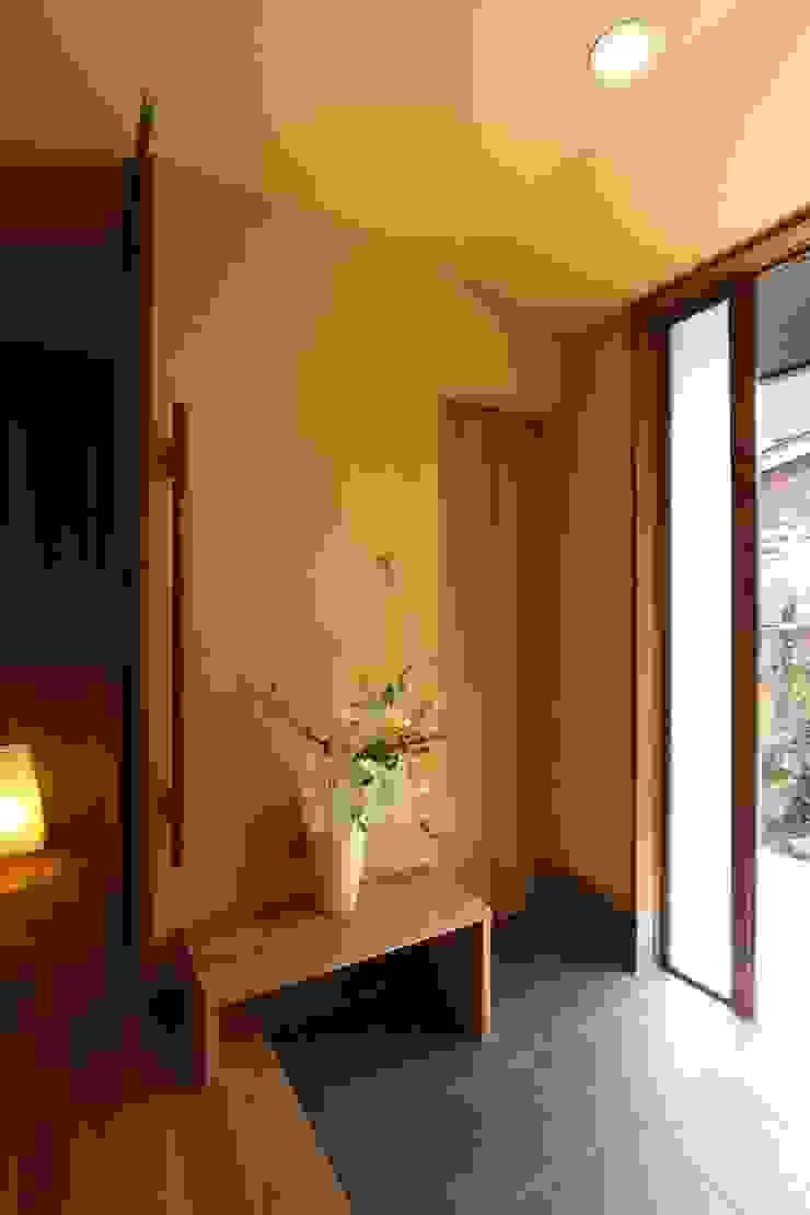 アトリエグローカル一級建築士事務所 Pasillos, vestíbulos y escaleras de estilo rural