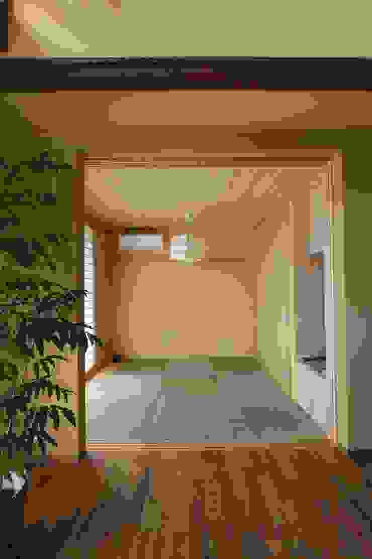 アトリエグローカル一級建築士事務所 Salas multimedia de estilo rural