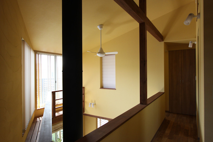 Country style corridor, hallway& stairs by アトリエグローカル一級建築士事務所 Country