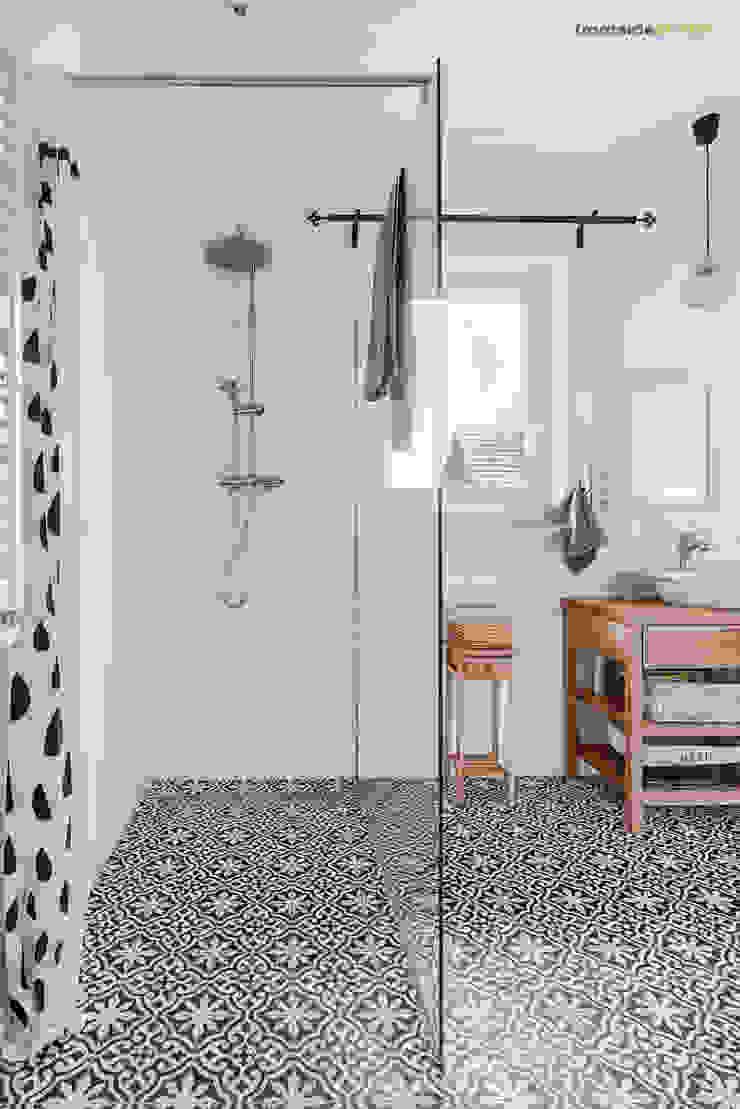 Ванная комната в скандинавском стиле от PracowniaPolka Скандинавский