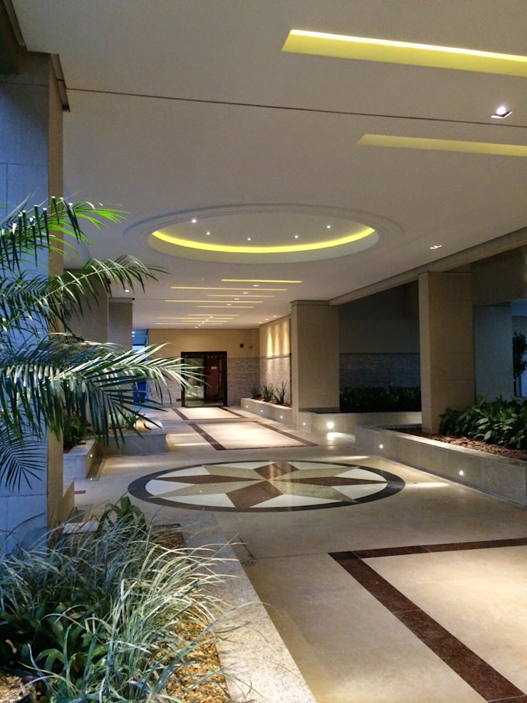 Hall social condomínio Barra da Tijuca RJ Corredores, halls e escadas modernos por Lucio Nocito Arquitetura e Design de Interiores Moderno