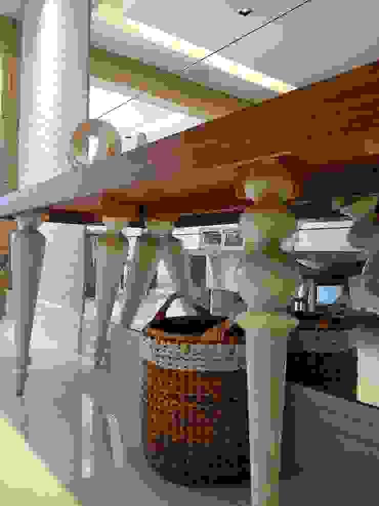 Detalhe dos revestimentos Paredes e pisos modernos por Lucio Nocito Arquitetura e Design de Interiores Moderno