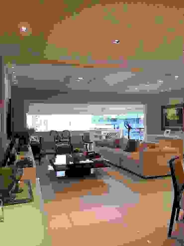 Living apartamento alto padrão na orla da Barra por Lucio Nocito Arquitetura Salas de estar modernas por Lucio Nocito Arquitetura e Design de Interiores Moderno
