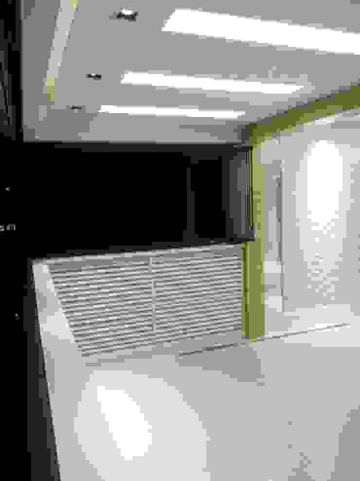Marcenaria exclusiva na varanda projetada pelo arquiteto Lucio Nocito Arquitetura e Design de Interiores Rio Varandas, alpendres e terraços modernos por Lucio Nocito Arquitetura e Design de Interiores Moderno