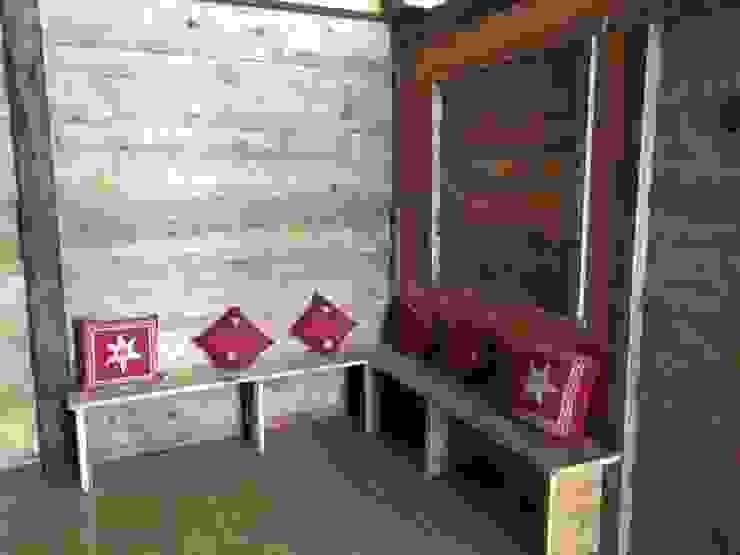 soggiorno con panca Soggiorno in stile rustico di Sangineto s.r.l Rustico