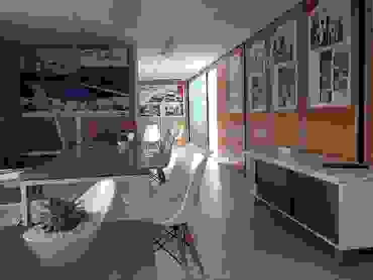 Oficina de ventas en camper de Xarzamora Diseño Minimalista