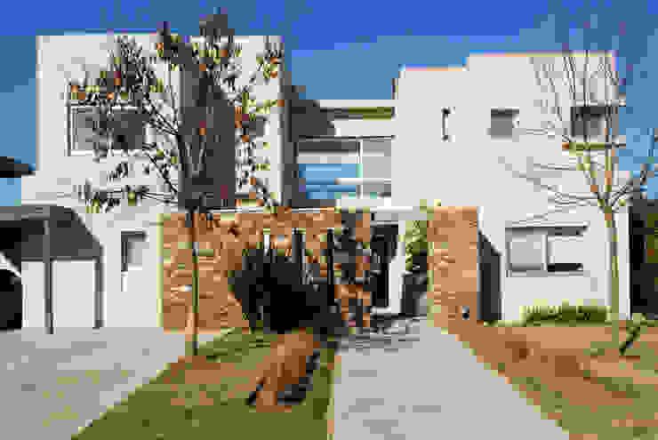 Moderna Piedra y Color: Casas de estilo  por LLACAY arquitectos,Moderno