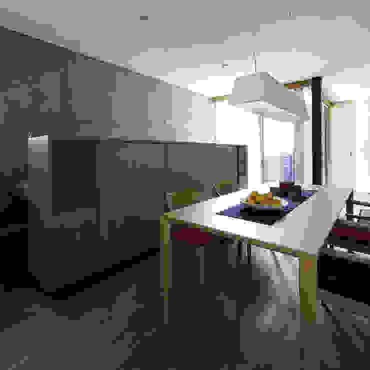 Salas de jantar modernas por 株式会社廣田悟建築設計事務所 Moderno Madeira Efeito de madeira