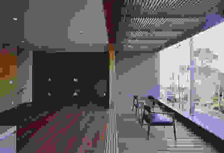 gravillusion: T-Square Design Associatesが手掛けたリビングです。,モダン 木 木目調