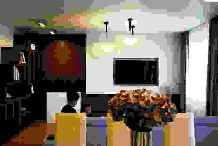 Projekt wnętrza pod Łodzią Nowoczesny salon od Projektowanie wnętrz Berenika Szewczyk Nowoczesny Drewno O efekcie drewna