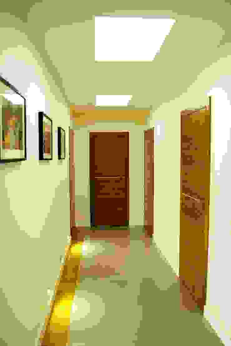 Projekt wnętrza pod Łodzią Nowoczesny korytarz, przedpokój i schody od Projektowanie wnętrz Berenika Szewczyk Nowoczesny