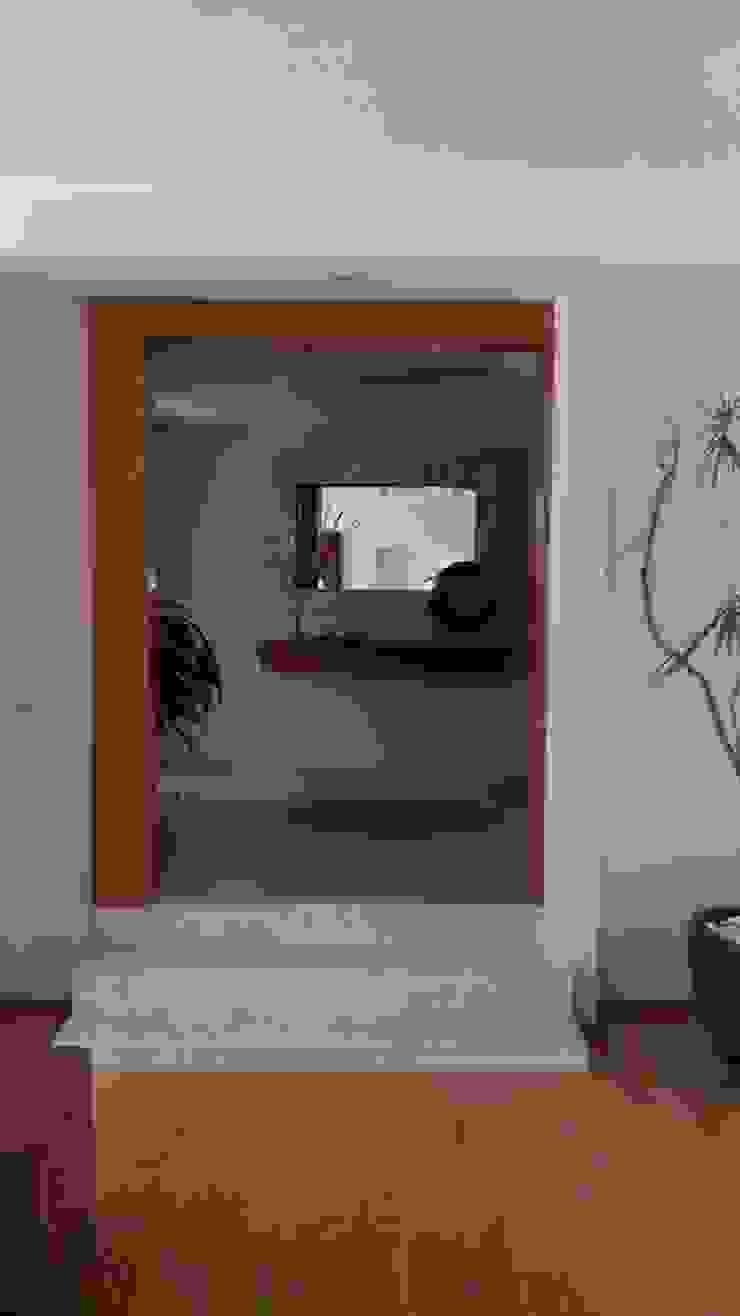 Couloir, entrée, escaliers modernes par D.I. Liliana López Zanatta Moderne