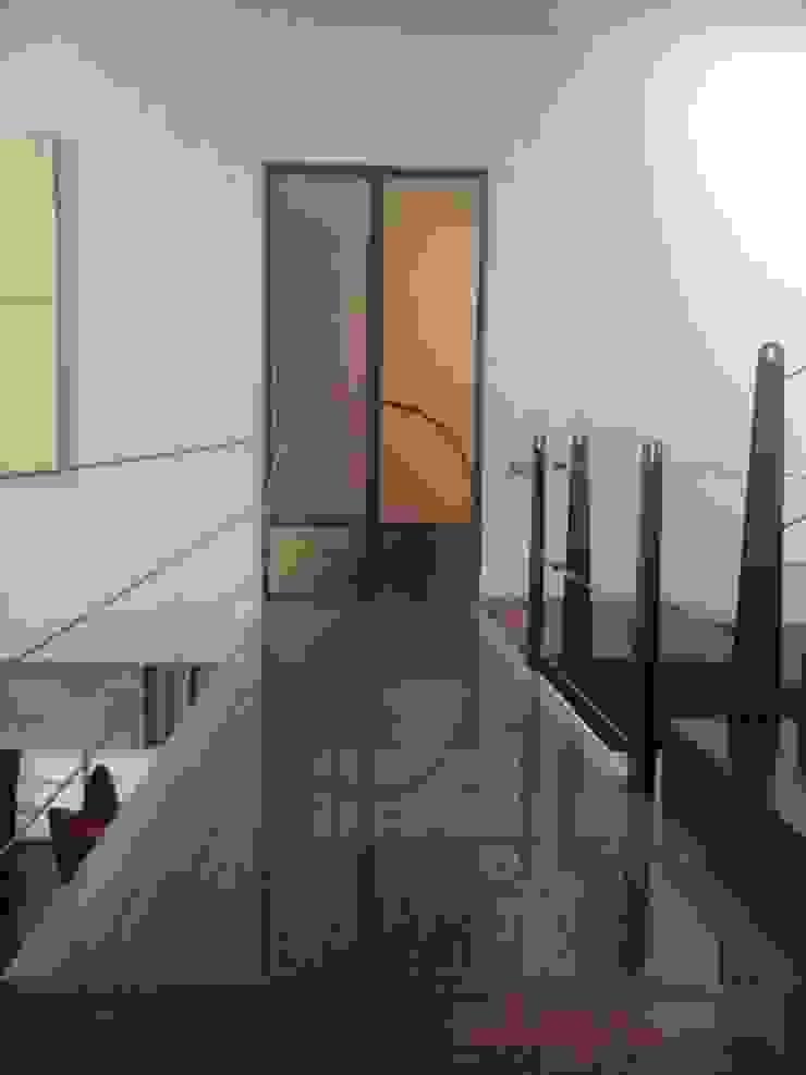 Pasillos, vestíbulos y escaleras modernos de simbiosis ARQUITECTOS Moderno