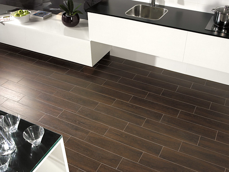 Colorado Wengue Wood Effect Porcelain Tile di The London Tile Co. Rustico