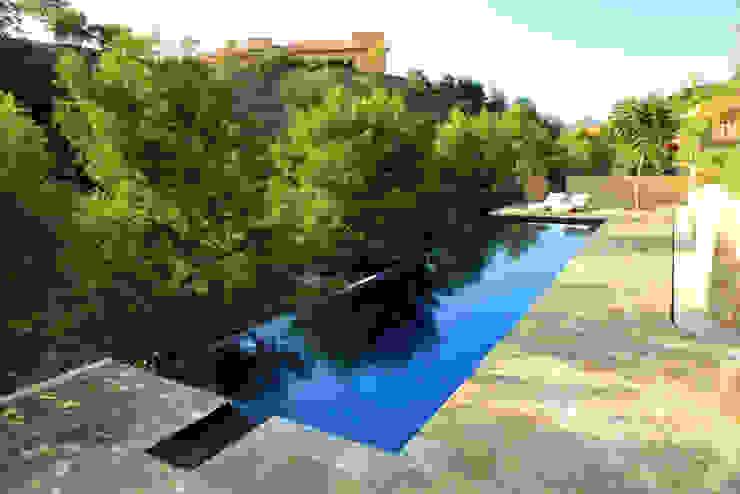 Modern pool by Adrián Martínez Arquitectos Modern
