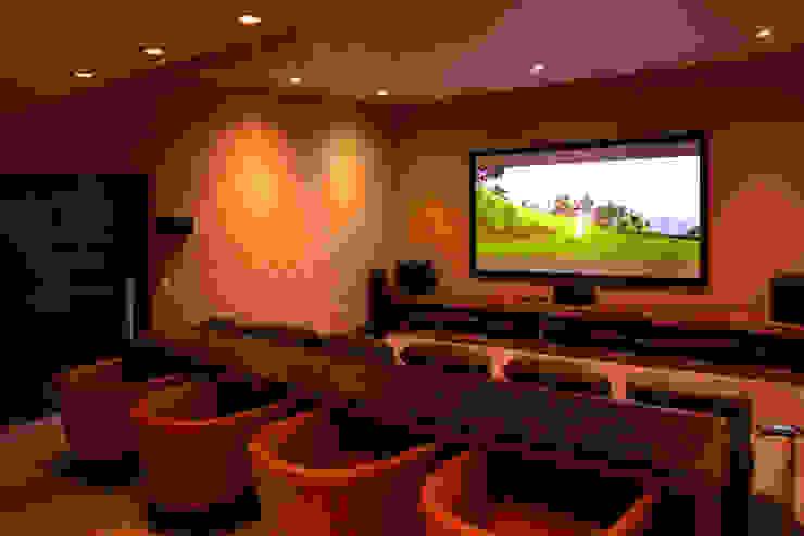 Modern media room by Adrián Martínez Arquitectos Modern