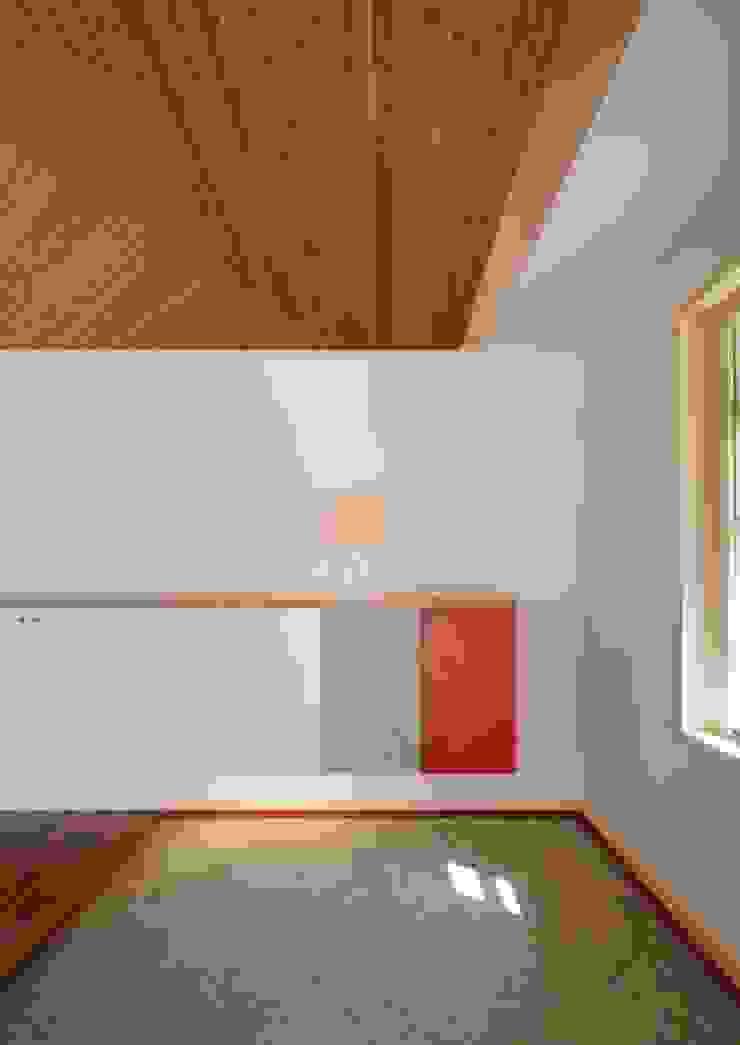 Couloir, entrée, escaliers originaux par 株式会社エン工房 Éclectique Bois Effet bois