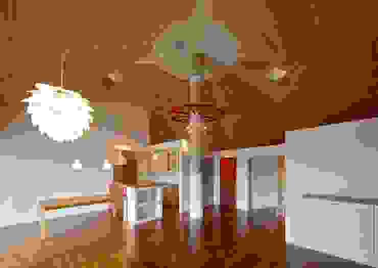Salle à manger originale par 株式会社エン工房 Éclectique Bois Effet bois