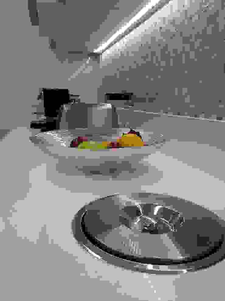 Detalhes bancada nova da cozinha. Cozinhas modernas por Lucio Nocito Arquitetura e Design de Interiores Moderno