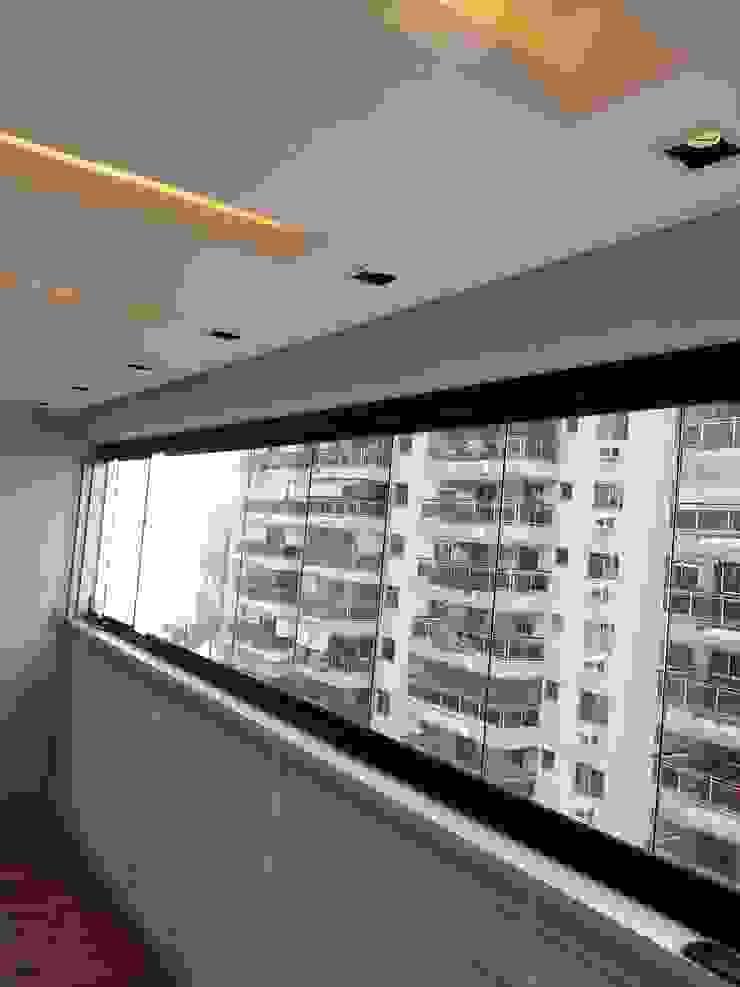 Detalhes da marcenaria exclusiva para o projeto. Varandas, alpendres e terraços modernos por Lucio Nocito Arquitetura e Design de Interiores Moderno