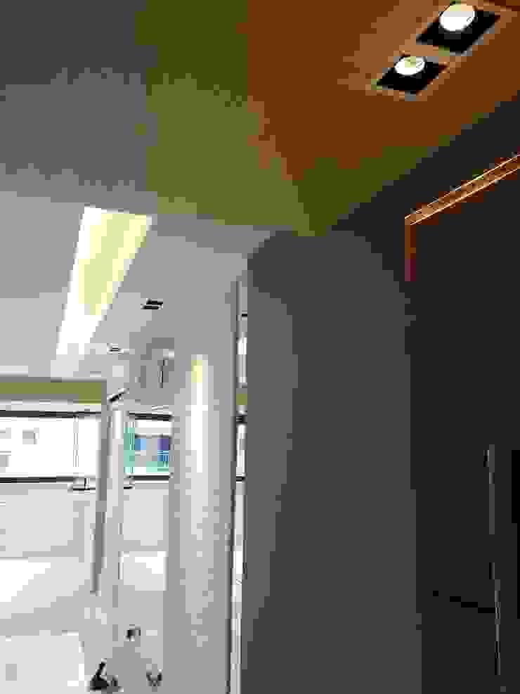 Detalhe dos acabamento do novo living projetado por Lucio Nocito Arquitetura. Paredes e pisos modernos por Lucio Nocito Arquitetura e Design de Interiores Moderno