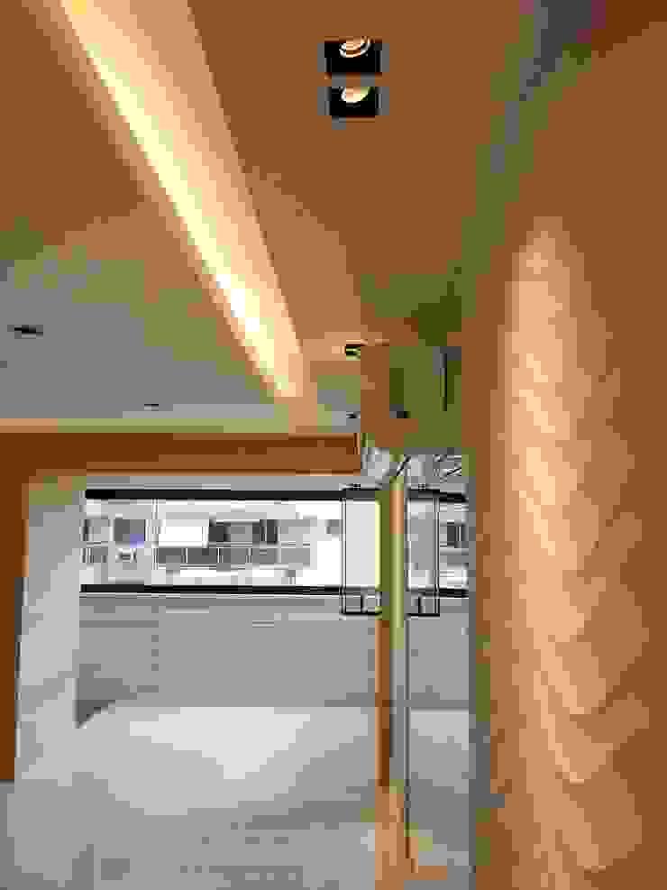 Acabamentos novo living amplo e iluminado. Salas de estar modernas por Lucio Nocito Arquitetura e Design de Interiores Moderno