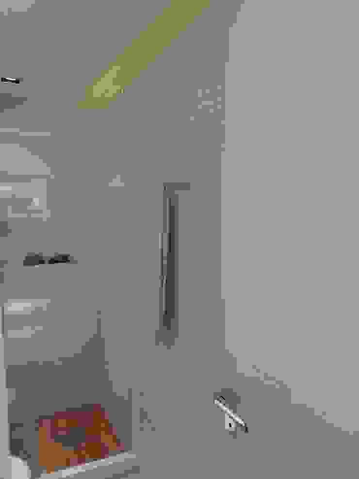 Detalhes revestimentos no novo banheiro. Paredes e pisos modernos por Lucio Nocito Arquitetura e Design de Interiores Moderno