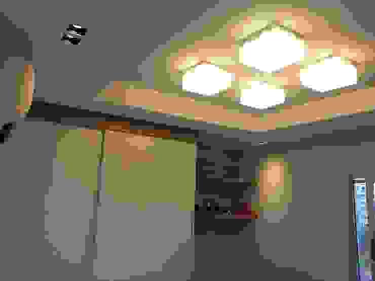 Detalhes iluminação quarto do filho. Quarto infantil moderno por Lucio Nocito Arquitetura e Design de Interiores Moderno