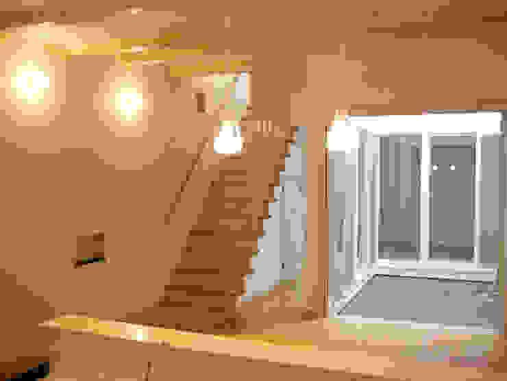 中庭・階段と一体のリビング モダンデザインの リビング の あお建築設計 モダン 木 木目調