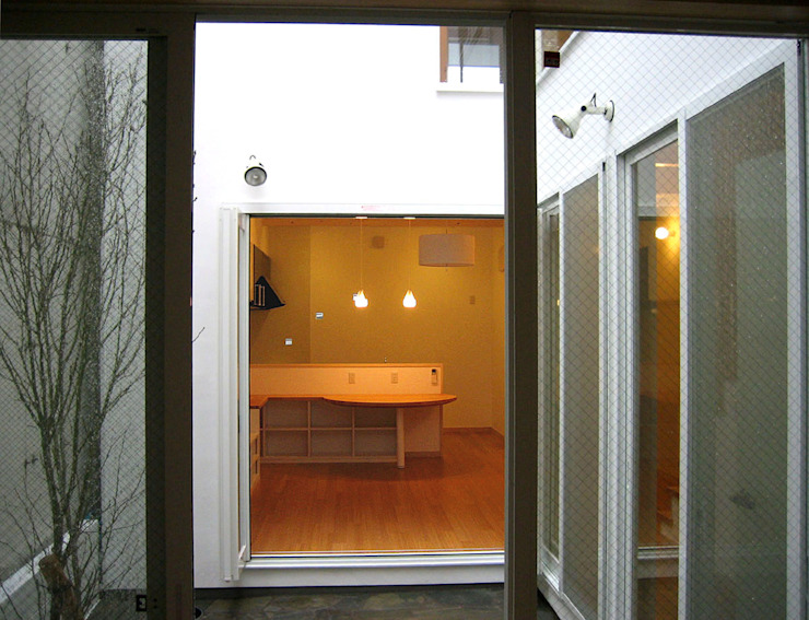 寝室から中庭越しにリビングをみる モダンデザインの リビング の あお建築設計 モダン