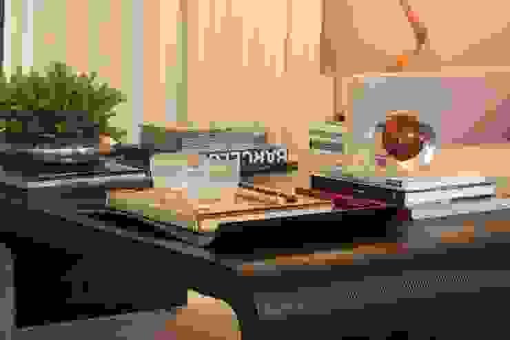 Moderne woonkamers van Fernanda Moreira - DESIGN DE INTERIORES Modern Leer Grijs