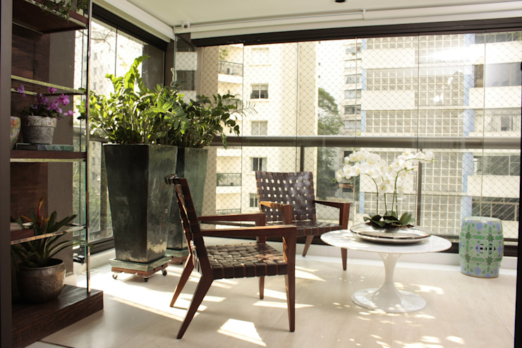 Moderne balkons, veranda's en terrassen van Fernanda Moreira - DESIGN DE INTERIORES Modern Marmer