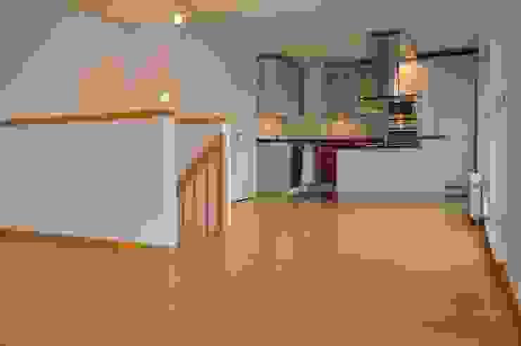 Blick ins Esszimmer mit offener Küche Moderne Esszimmer von Optimmo Home Staging Modern