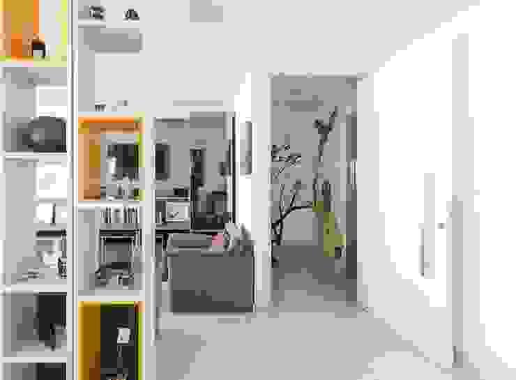 Residência T|R—VZ Arquitetas Lyssandro Silveira Modern corridor, hallway & stairs