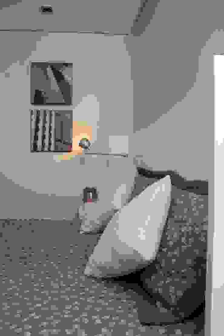 Nowoczesna sypialnia od Fernanda Moreira - DESIGN DE INTERIORES Nowoczesny Tekstylia Złoty