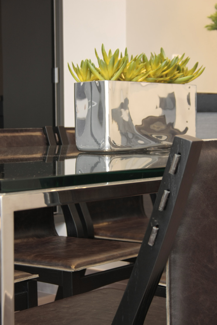 Fernanda Moreira - DESIGN DE INTERIORES Modern dining room Iron/Steel Metallic/Silver