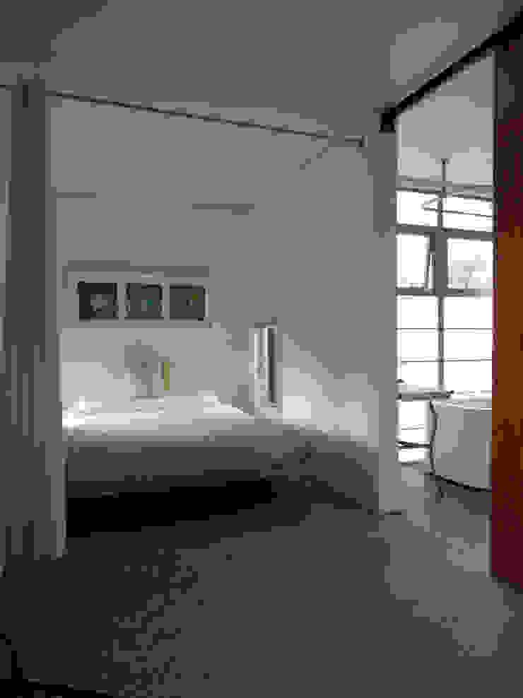 Master bedroom and bathroom Cuartos de estilo moderno de Ecosa Institute Moderno