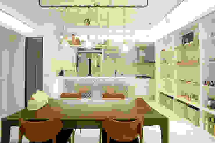 반짝이는 드레스룸과 대면형 주방인테리어_30py: 홍예디자인의  주방